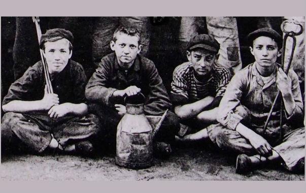 Forges de l'Adour-eko ume langileen argazkia, 1908koa.