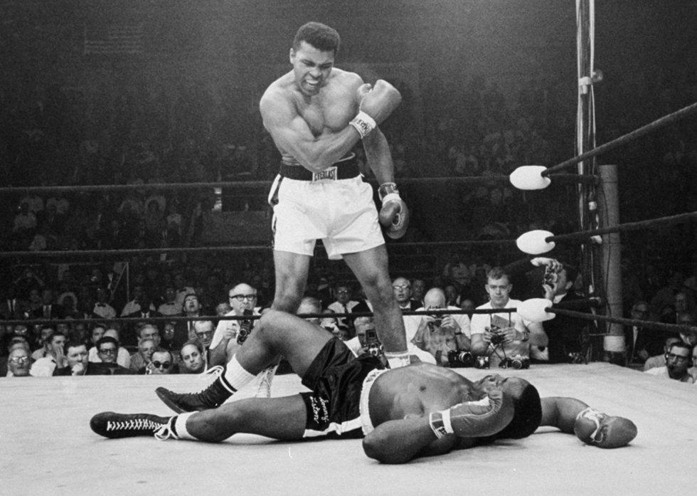 25 de mayo de 1965 el campeón Muhammad Ali, en ese momento conocido como Cassius Clay, se para frente al derrotado Sonny Liston